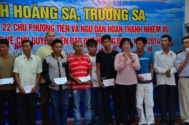 Ayudan a pescaderos de Da Nang en su trabajo en el Mar Oriental - ảnh 1