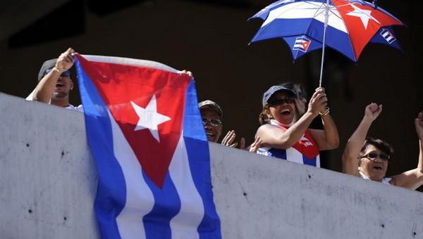 La mayoría de estadounidenses de origen cubano se oponen al embargo contra el país isleño - ảnh 1