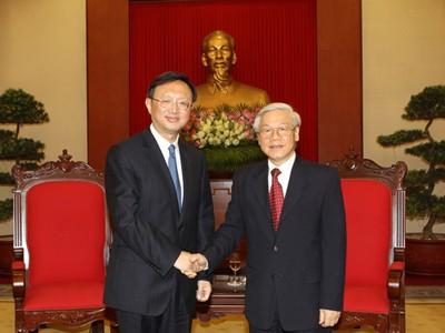 Máximos dirigentes vietnamitas dialogan con el consejero de Estado chino  - ảnh 1