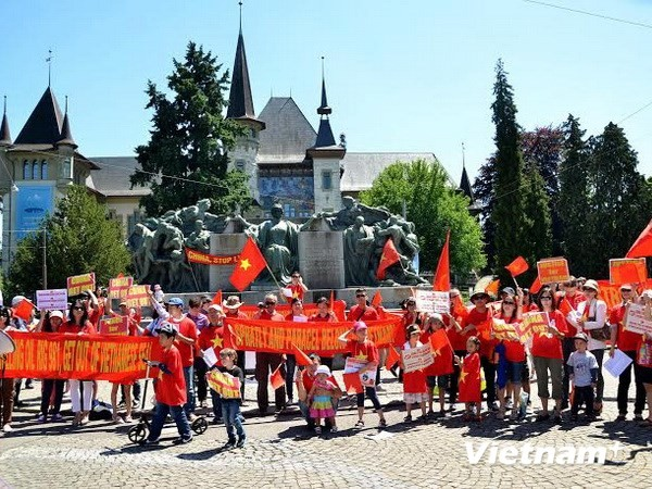 Vietnamitas y amigos internacionales en Suiza protestan actos violatorios chinos - ảnh 1