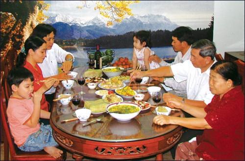 Los hanoyenses con la familia - ảnh 1