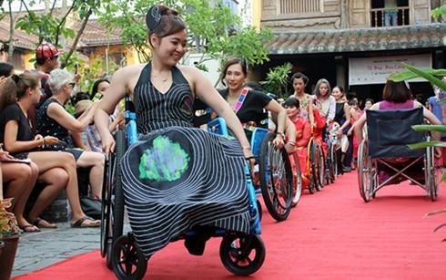 Honran la belleza de mujeres con discapacidad en Vietnam - ảnh 1