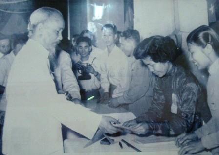 En Hanoi exposición sobre Presidente Ho Chi Minh en primeras elecciones generales - ảnh 1
