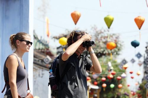 Localidades centrales de Vietnam atraen gran afluencia de turistas en los días feriados - ảnh 1