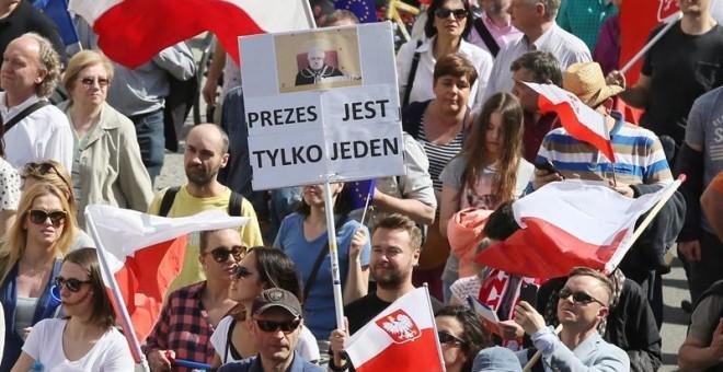 Oposición protagoniza la mayor manifestación desde 1989 en Polonia - ảnh 1