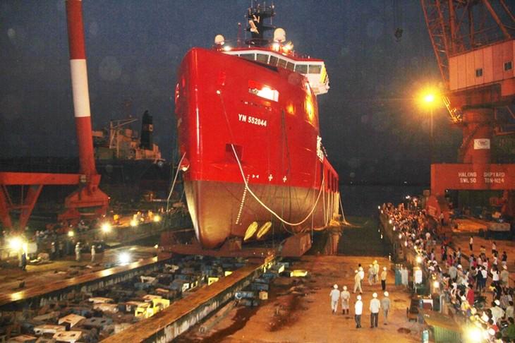 Botan al agua primer barco de suministro para plataformas petroleras en Vietnam - ảnh 1