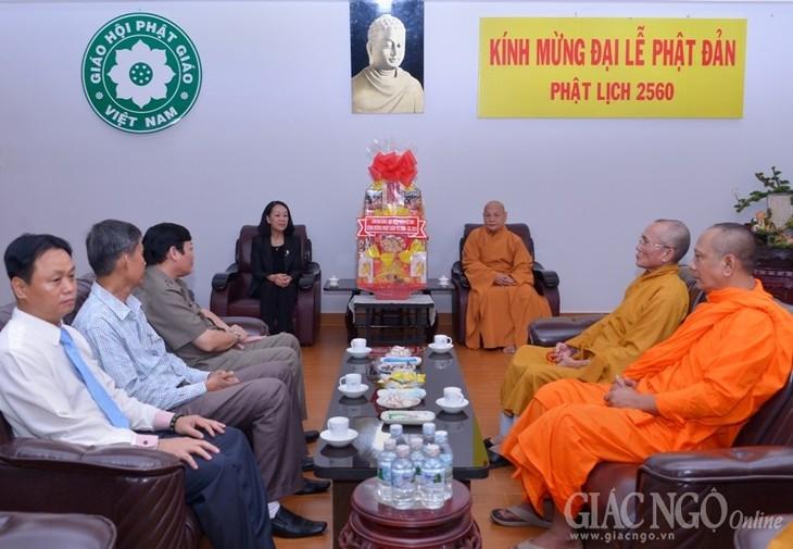 Dirigente vietnamita felicita a comunidad religiosa por la gran fiesta del Buda 2016 - ảnh 1
