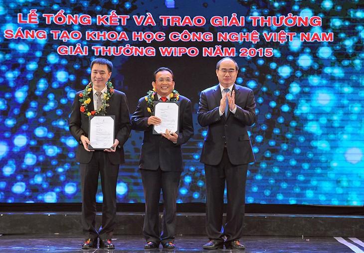 Entregan premios de creatividad científica y tecnológica Vietnam 2015 - ảnh 1