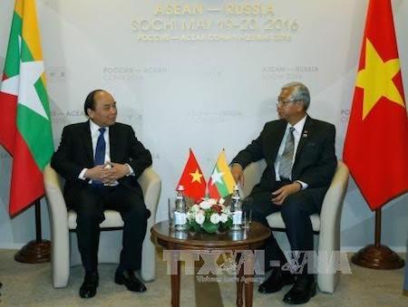 Jefe del gobierno vietnamita se reúne con dirigentes de los países regionales  - ảnh 1