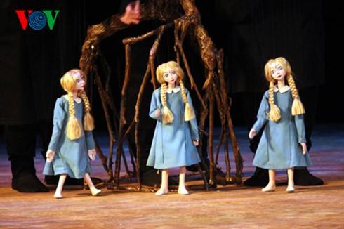 """Teatro de marionetas """"Ánade real envenenado"""", éxito de la colaboración artística Vietnam-Japón - ảnh 3"""