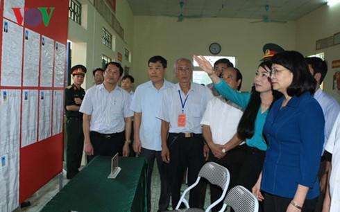 Dirigentes vietnamitas continúan visitas de supervisión para la jornada electoral legislativa  - ảnh 1