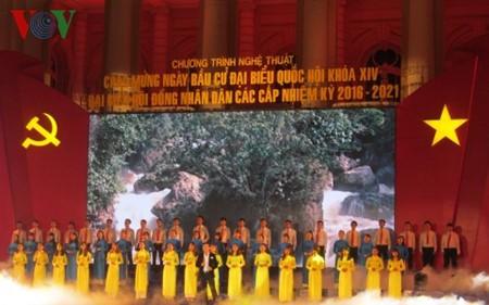 Se celebran programas artísticos en saludo a los comicios legislativos en Vietnam - ảnh 1