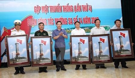 """En Ha Giang exhibición de fotos """"Queridos mares e islas de la Patria""""  - ảnh 1"""