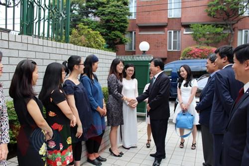 Viceprimer ministro de Vietnam visita embajada nacional en Japón - ảnh 1