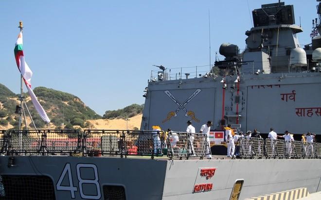 Desembarcan en puerto vietnamita dos buques de la Marina india - ảnh 1