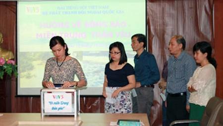 VOV5 con las víctimas de inundaciones en centro vietnamita - ảnh 1