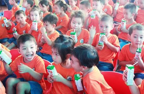 "Programa ""Leche escolar"" ayuda a elevar estatura media de niños en Bac Ninh - ảnh 1"