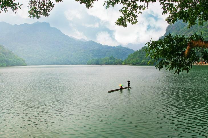 Belleza del lago de Ba Be - ảnh 1