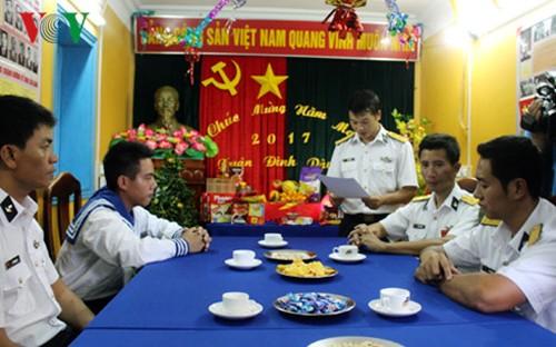 Compatriotas del distrito Truong Sa celebran nueva primavera con felicidad y prosperidad - ảnh 1