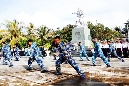 Compatriotas del distrito Truong Sa celebran nueva primavera con felicidad y prosperidad - ảnh 2