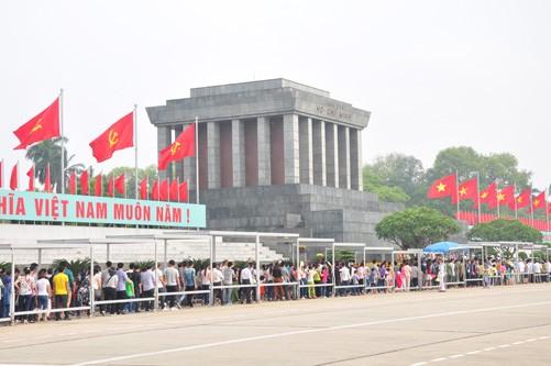 Vietnamitas rinden homenaje a sus antepasados en ocasión del Tet - ảnh 1