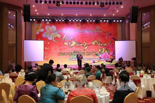 Compatriotas vietnamitas en Laos se reúnen en ocasión del Tet  - ảnh 1