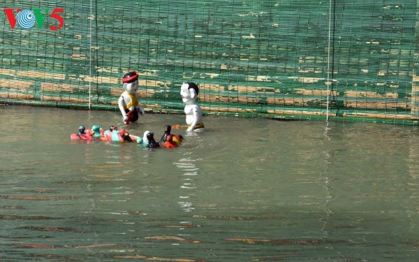 La aldea Dao Thuc y su original arte de las marionetas de agua  - ảnh 4