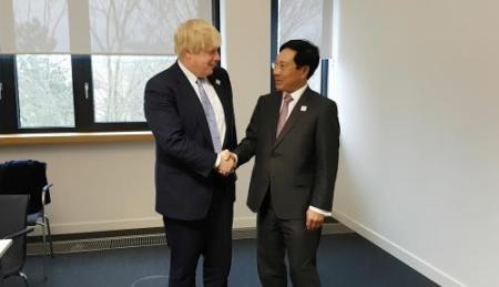 Canciller de Vietnam se reúne con altos diplomáticos del Reino Unido, Estados Unidos y Brasil - ảnh 1