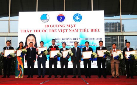 Honran a los 10 jóvenes médicos más sobresalientes de Vietnam en 2016 - ảnh 1