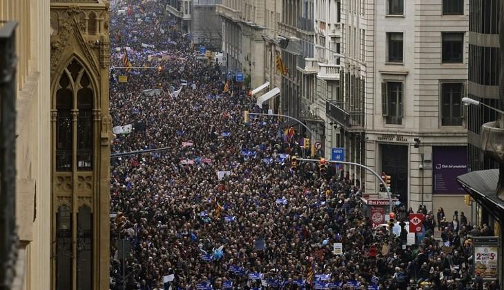 Manifestación masiva a favor de refugiados en Barcelona - ảnh 1