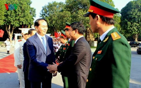 Presidente vietnamita instruye a fuerzas militar y policial locales sobre defensa popular - ảnh 1