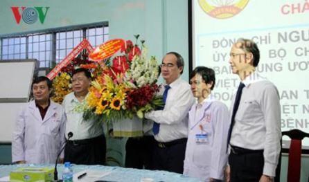Reconocen aportes de los médicos y empleados sanitarios vietnamitas - ảnh 1