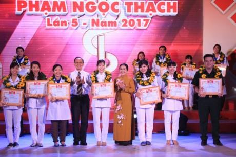 Promueven seguimiento de enseñanzas del presidente Ho Chi Minh entre médicos jóvenes - ảnh 1