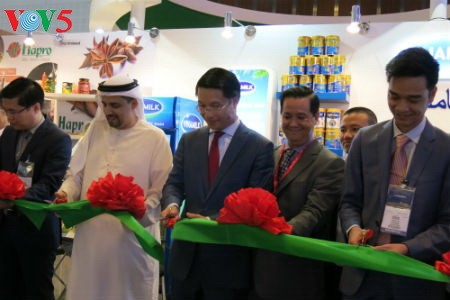 Empresas vietnamitas promueven productos agrícolas en feria Gulfood en Dubai - ảnh 1