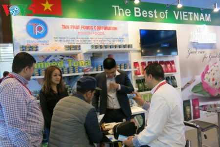 Empresas vietnamitas promueven productos agrícolas en feria Gulfood en Dubai - ảnh 7