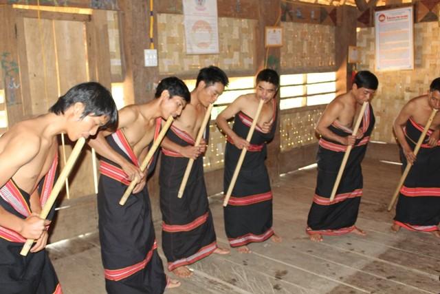 Dinh Tut, original instrumento musical de la etnia Gie Trieng - ảnh 1