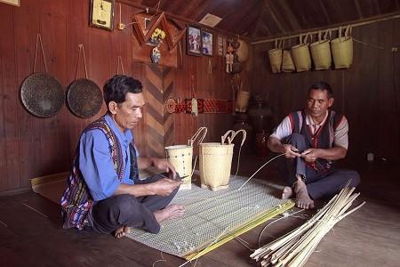 La etnia Churu preserva su arte de tejido de cuévanos - ảnh 1