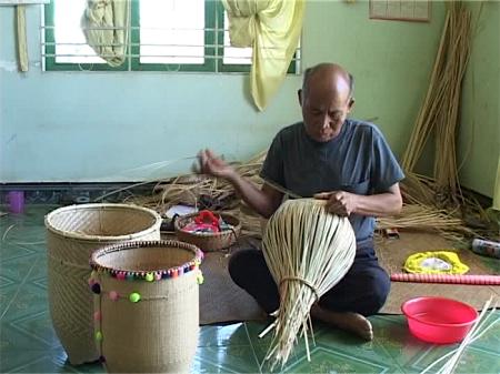 La etnia Churu preserva su arte de tejido de cuévanos - ảnh 2