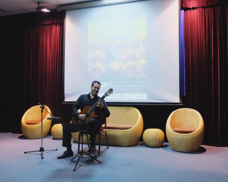 Guitarrista mexicano actúa en la Semana Cultural de los países hispanohablantes en Hanoi - ảnh 1