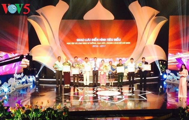 Celebran encuentro entre personas destacadas en el seguimiento de las lecciones de Ho Chi Minh - ảnh 1