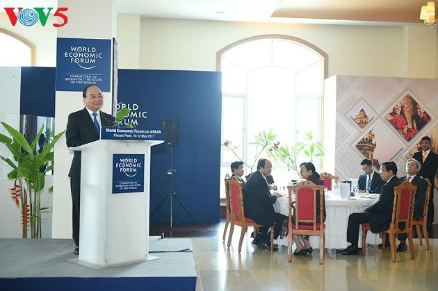 Prosiguen actividades del primer ministro vietnamita en Foro Económico Mundial sobre Asean - ảnh 1