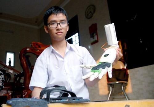 Brazo robótico, un invento de alto valor humanitario del estudiante Pham Huy - ảnh 1