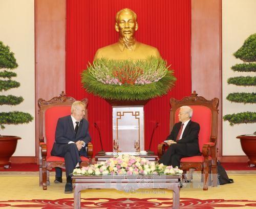Líder político de Vietnam recibe al presidente checo - ảnh 1
