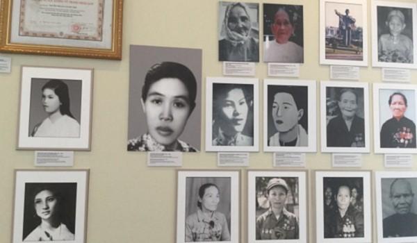 """Inauguran exposición de fotos """"Heroínas de las Fuerzas Armadas Populares del Sur"""" - ảnh 1"""