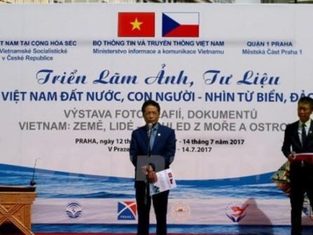 Exposición en Praga presenta la belleza del mar y de las islas vietnamitas - ảnh 1