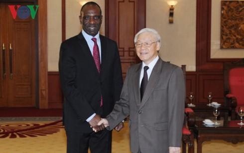 Lider partido vietnamita recibe a altos dirigentes de Laos y Mozambique - ảnh 1