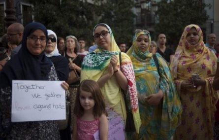 España: 200 musulmanes se manifiestan en Granada por la paz  - ảnh 1