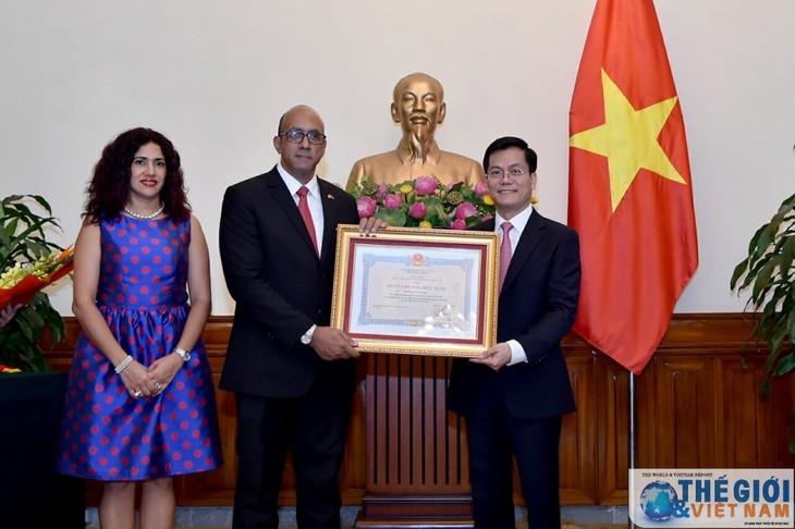 Embajador cubano en Vietnam condecorado con la Orden de Amistad - ảnh 1