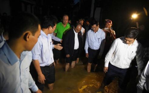 Compatriotas de la región central de Vietnam superan consecuencias del huracán Damrey - ảnh 1