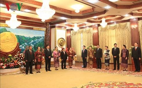 Dirigentes de Vietnam felicitan a sus homólogos laosianos en ocasión del Día Nacional - ảnh 1